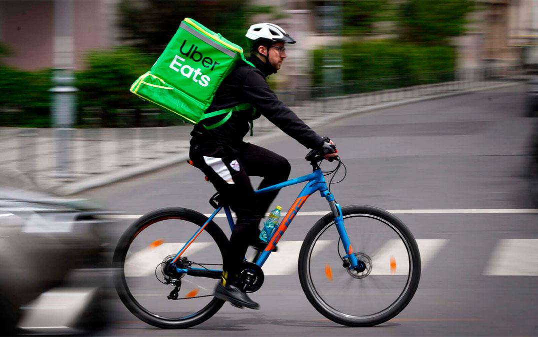 A imagem mostra um ciclista com a mochila do Uber Eats. Foto para ilustrar o texto  CNH para Uber o que é preciso para se tornar um motorista de aplicativo