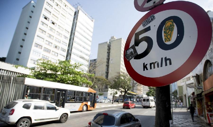 A foto mostra uma placa de trânsito indicando a velocidade máxima daquela avenida. A imagem ilustra o texto Descubra para onde vai o dinheiro das multas  de trânsito que você paga