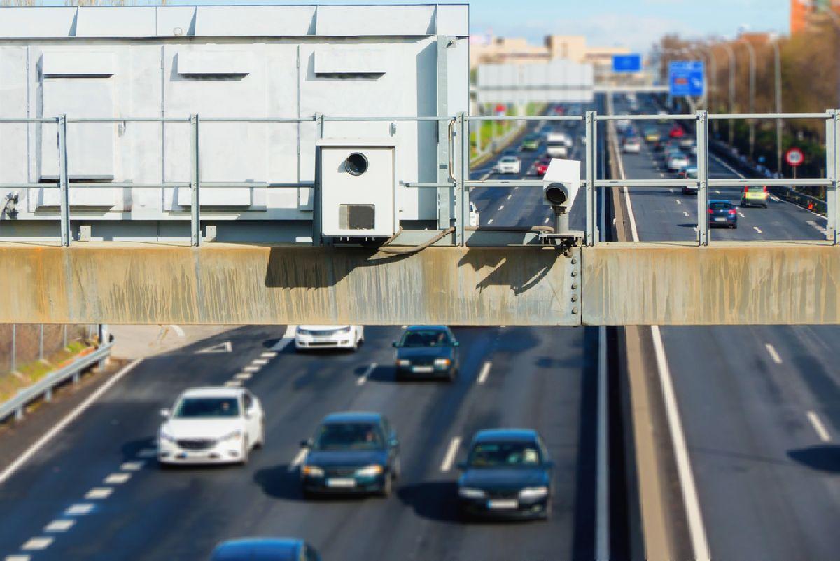 A foto mostra uma câmera de fiscalização em uma avenida de trânsito. Imagem para ilustrar o texto Descubra para onde vai o dinheiro das multas  de trânsito que você paga