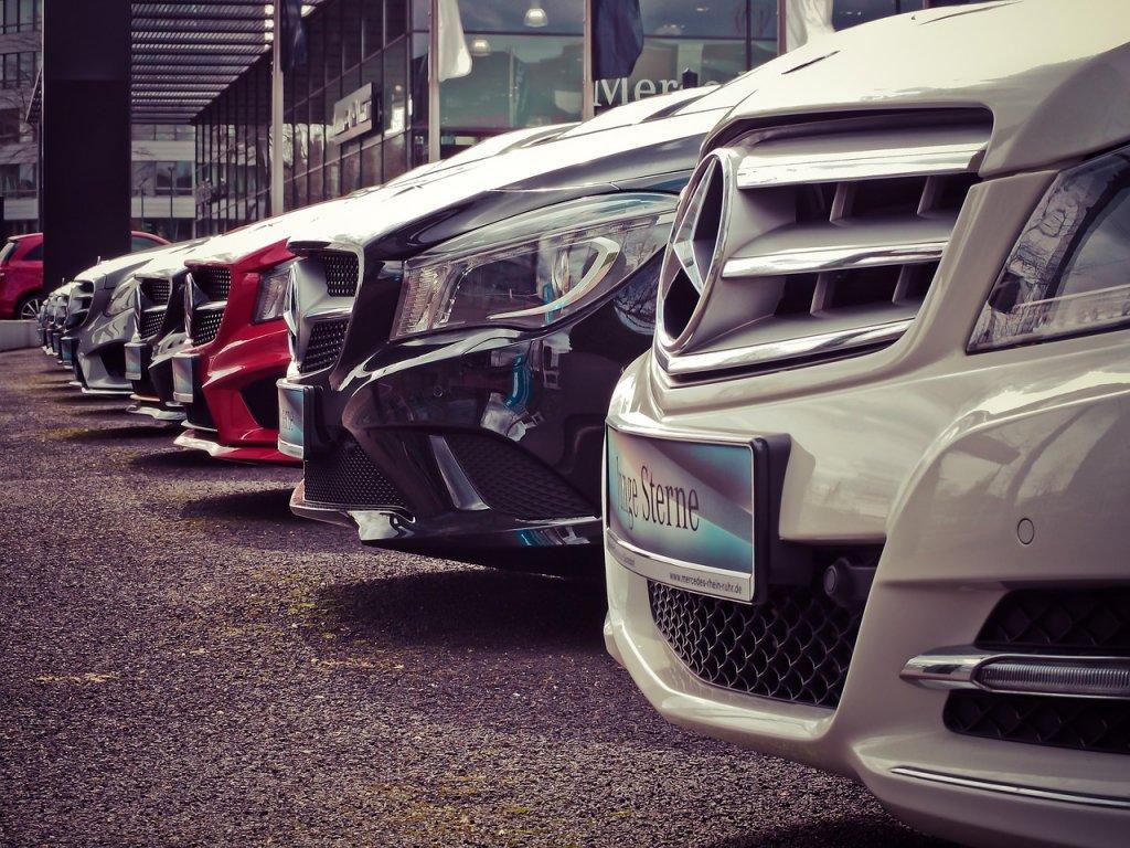 Foto mostra a parte da frente de vários carros. Imagem para ilustrar o texto sobre carros importados.