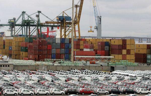 Carros estacionados em um porto. Imagem para ilustrar o textos sobre importação de veículos