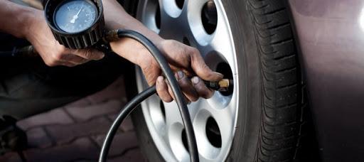 A imagem mostra alguém calibrando um pneu. Foto para ilustrar o texto sobre cuidados com o carro